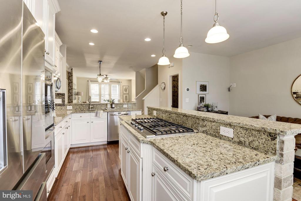 Kitchen island - 2541 S KENMORE CT, ARLINGTON