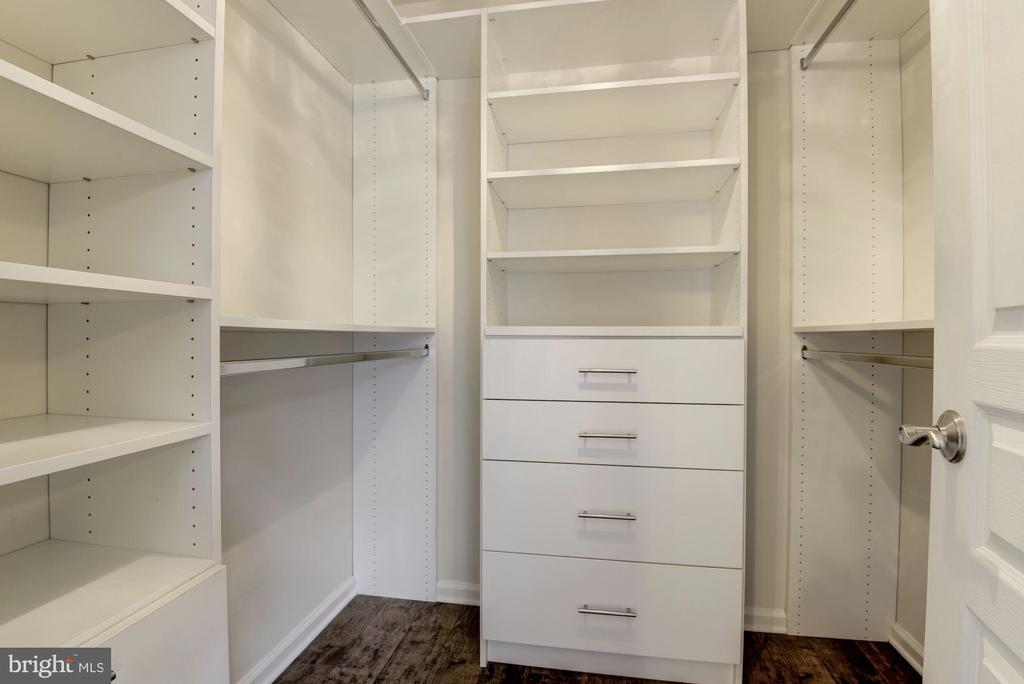 Custom owner's closet - 2541 S KENMORE CT, ARLINGTON
