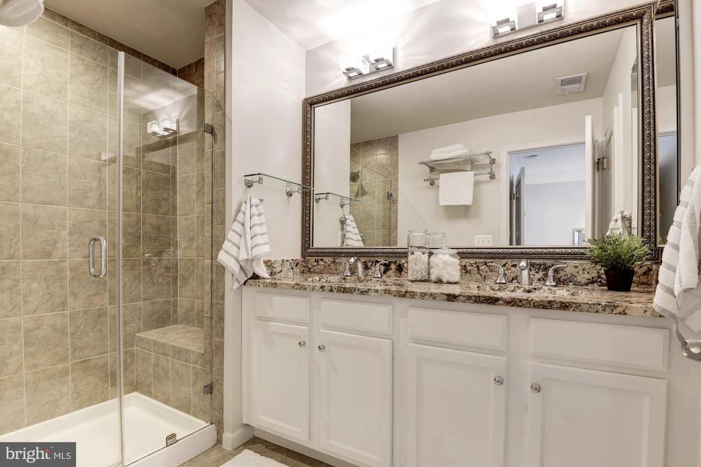 Modern owner's suite - 2541 S KENMORE CT, ARLINGTON