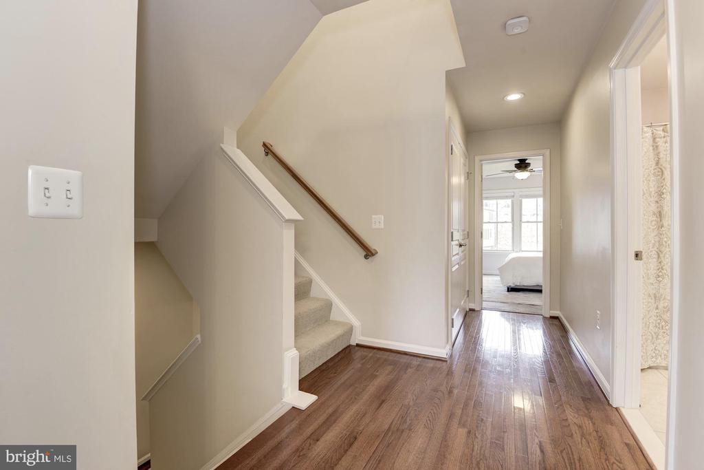 second level with hardwoods - 2541 S KENMORE CT, ARLINGTON