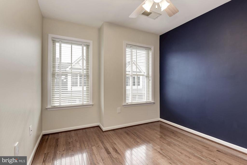 Second bedroom with hardwood floors - 2541 S KENMORE CT, ARLINGTON