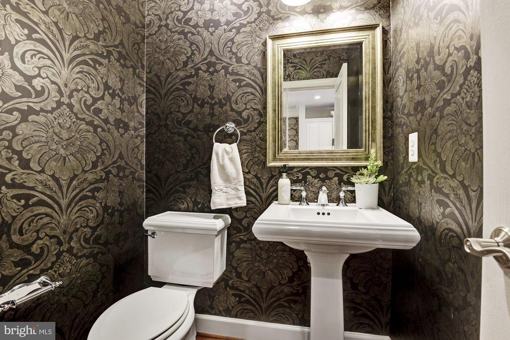 Powder room on main level - 2541 S KENMORE CT, ARLINGTON