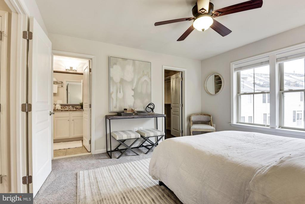 Bright and sunny owner's suite - 2541 S KENMORE CT, ARLINGTON