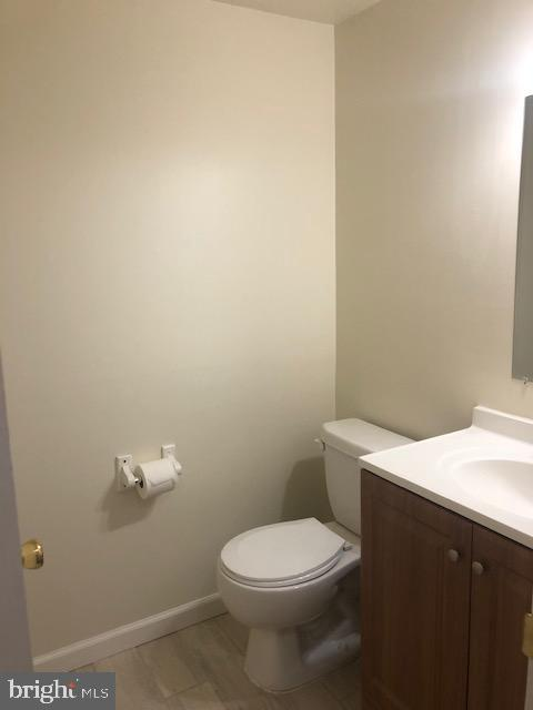 Main floor Half-bath - 102 WILLOW PL, STERLING