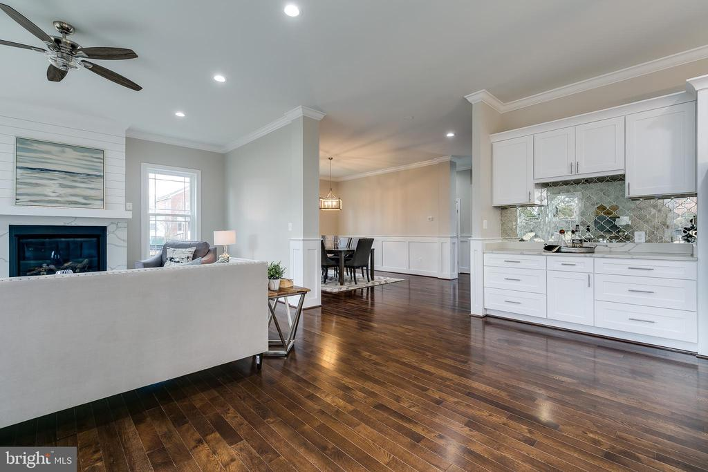 Spacious living area, perfect for entertaining - 3005 FRANKLIN ST, ALEXANDRIA