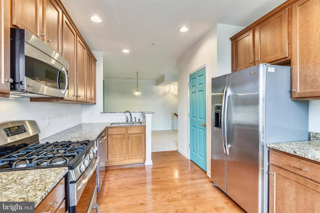 Kitchen w/glass dr to balcony, granite & gas rnge - 43415 MADISON RENEE TER #117, ASHBURN