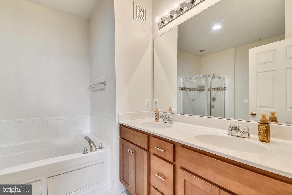 Master bath w/maple double vanity & linen closet - 43415 MADISON RENEE TER #117, ASHBURN