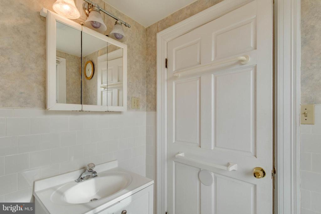 Upper Level Bathroom - 21 GLAIZE AVE, WINCHESTER