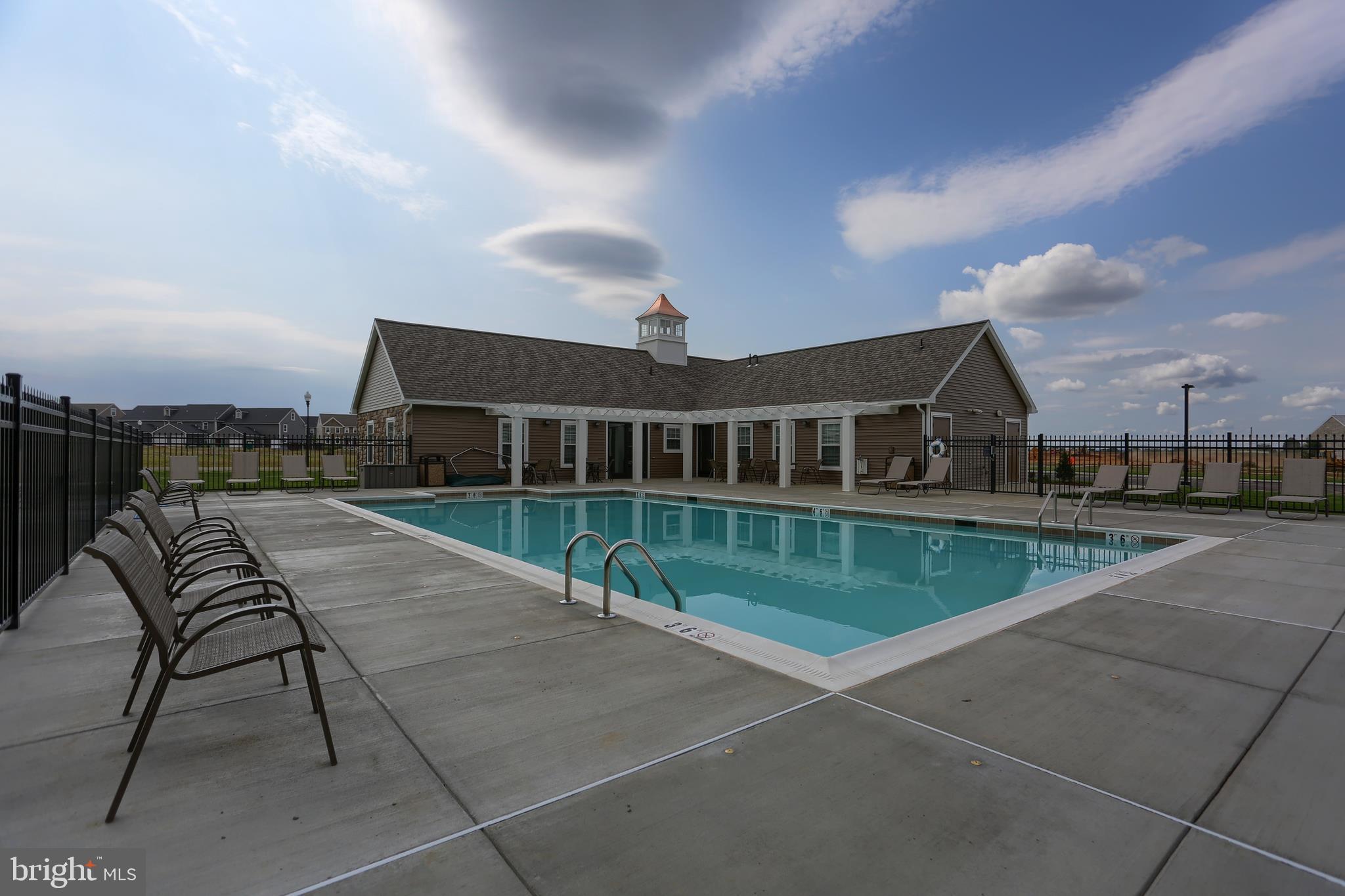 Pool & Club House