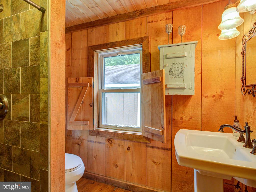 Upper level bathroom 1 - 36847 STONY POINT RD, HILLSBORO