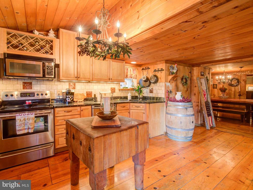 Large kitchen adjacent to Family room - 36847 STONY POINT RD, HILLSBORO