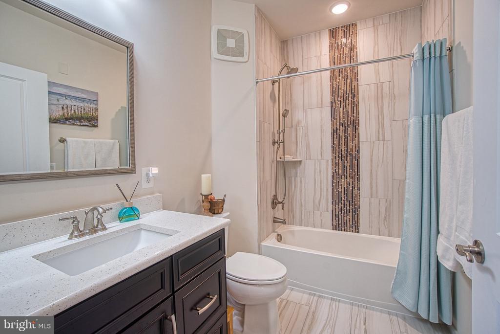 Second Bath w Quartz Countertops & Gorgeous Tile - 43095 WYNRIDGE DR #406, BROADLANDS