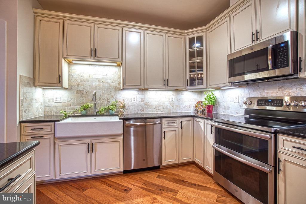 Upgraded Appliances, Farmers Sink & Granite - 43095 WYNRIDGE DR #406, BROADLANDS