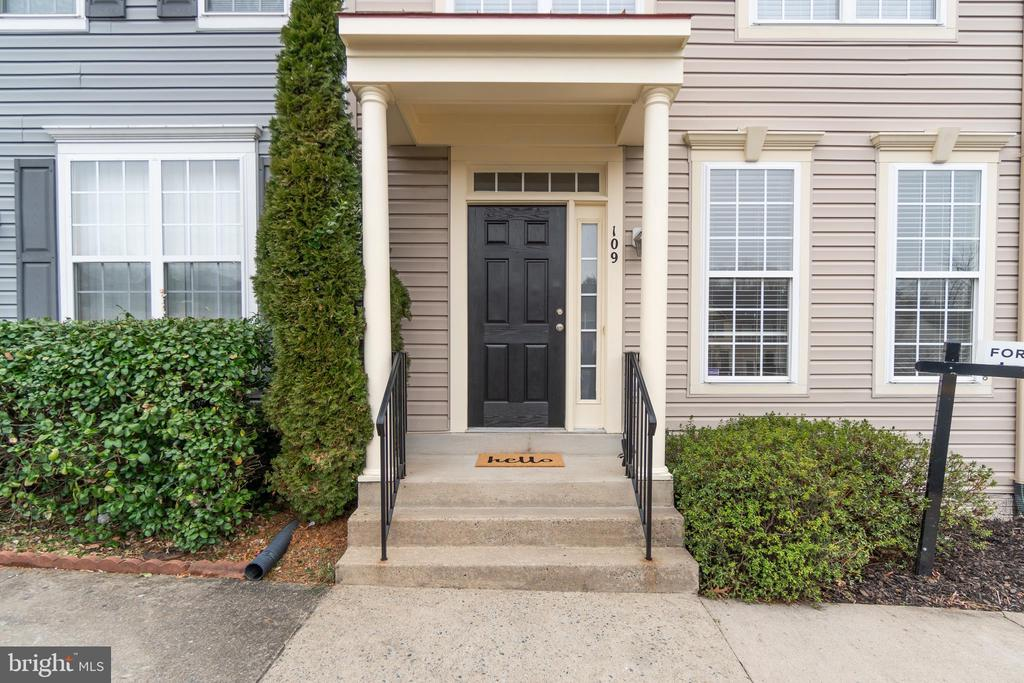 Convenient Covered Front Stoop - 109 HILLSIDE CT, STAFFORD