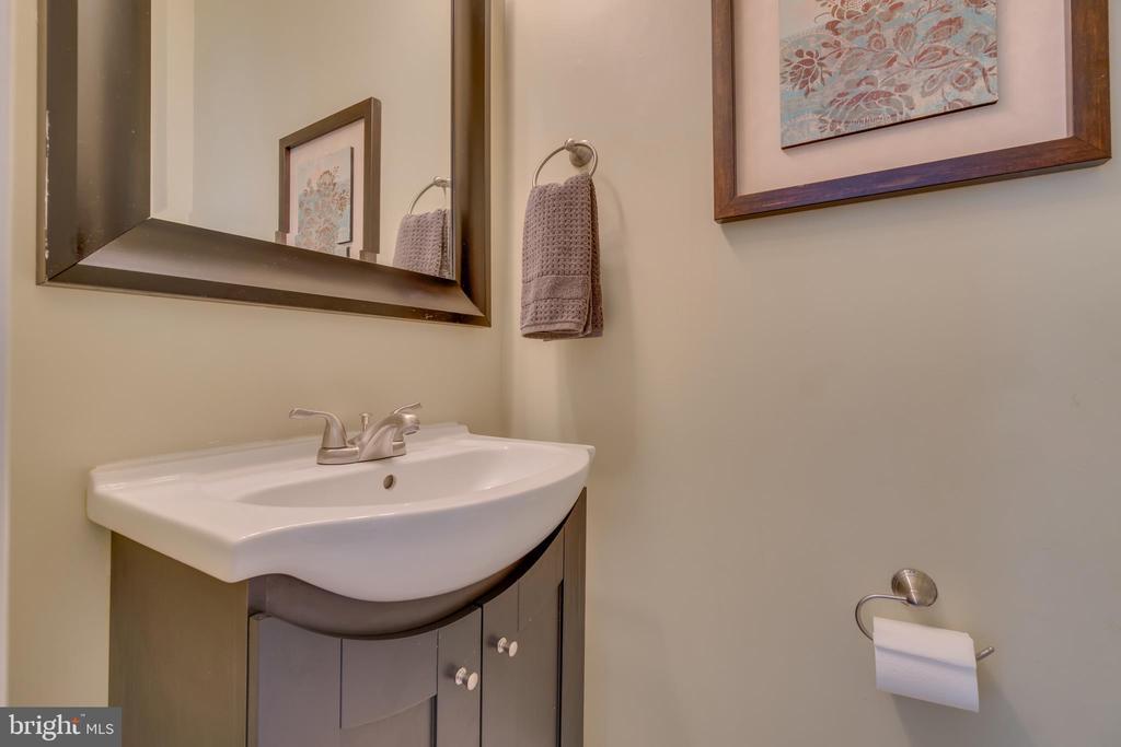 Powder Bathroom on Main Level - 109 HILLSIDE CT, STAFFORD