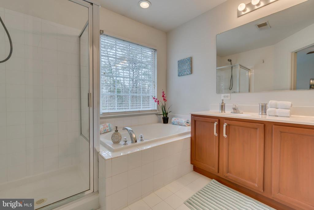 Glass Enclosed Shower - 109 HILLSIDE CT, STAFFORD
