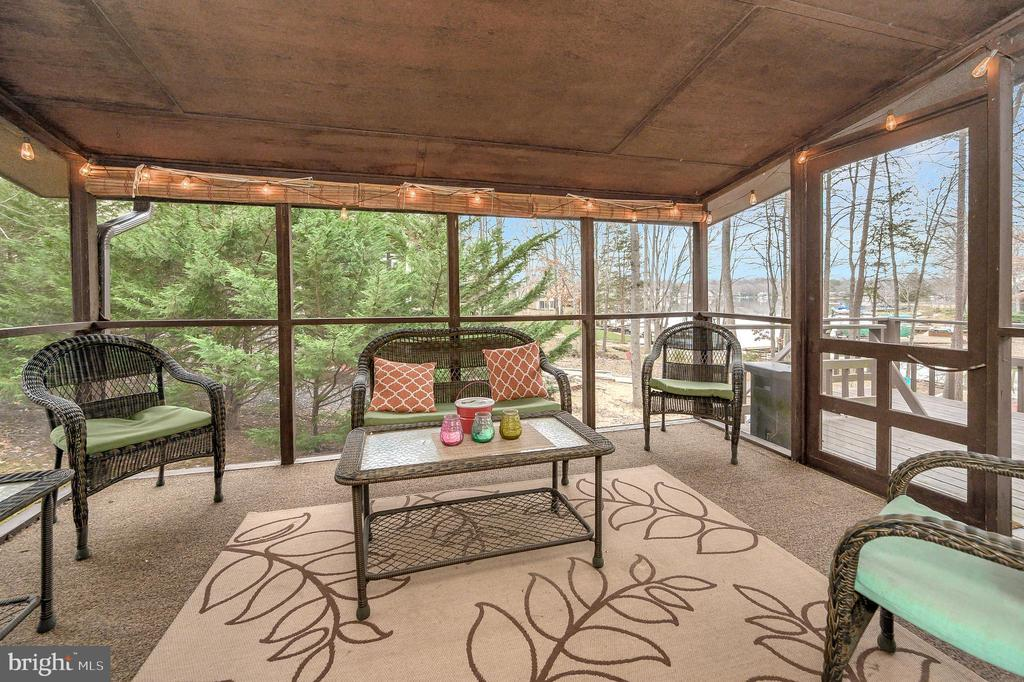 Relax on the screened porch with a great view - 310 HAPPY CREEK RD, LOCUST GROVE