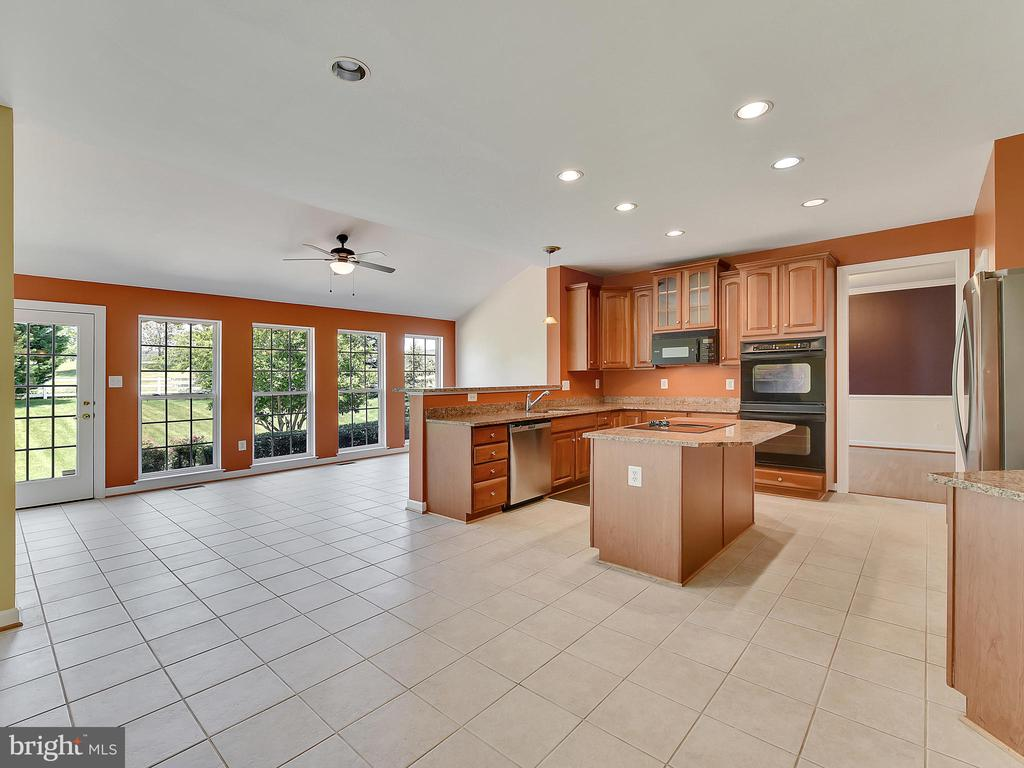 Kitchen with large morning room - 110 TOBIAS RUN, MIDDLETOWN