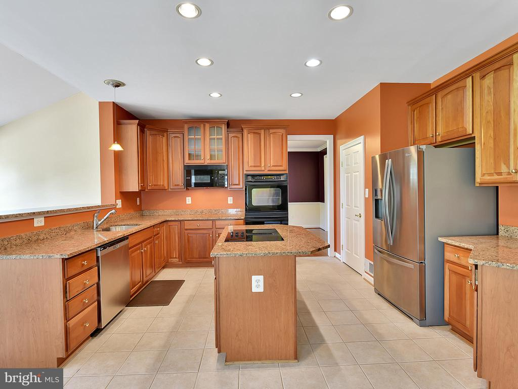 Large kitchen with tons of cabinets - 110 TOBIAS RUN, MIDDLETOWN