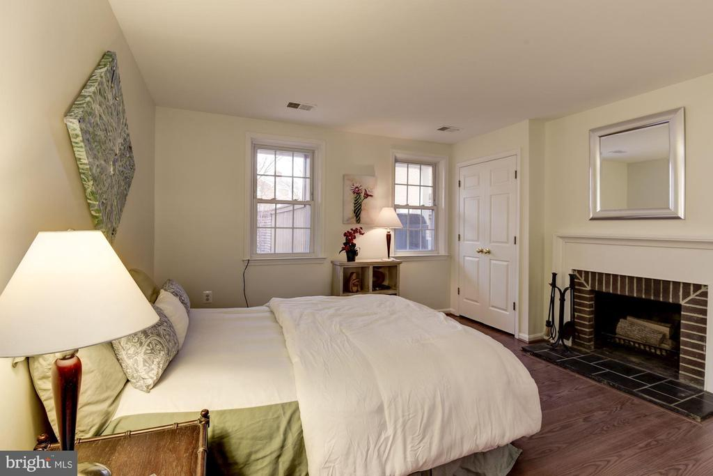 Master bedroom with cozy fireplace - 1956 N CLEVELAND ST #1, ARLINGTON