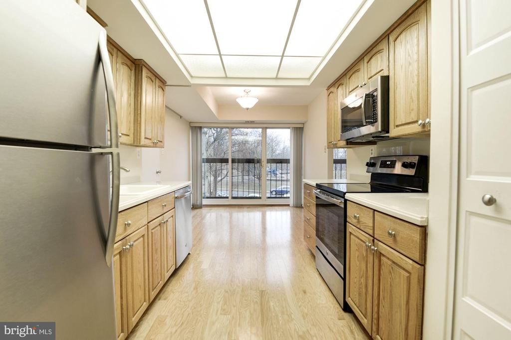 New appliances in Kitchen - 3031 BORGE ST #310, OAKTON