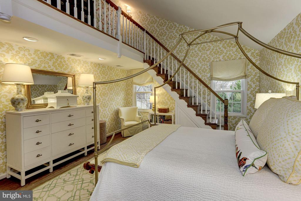 Master Bedroom with dramatic staircase - 624 S SAINT ASAPH ST, ALEXANDRIA