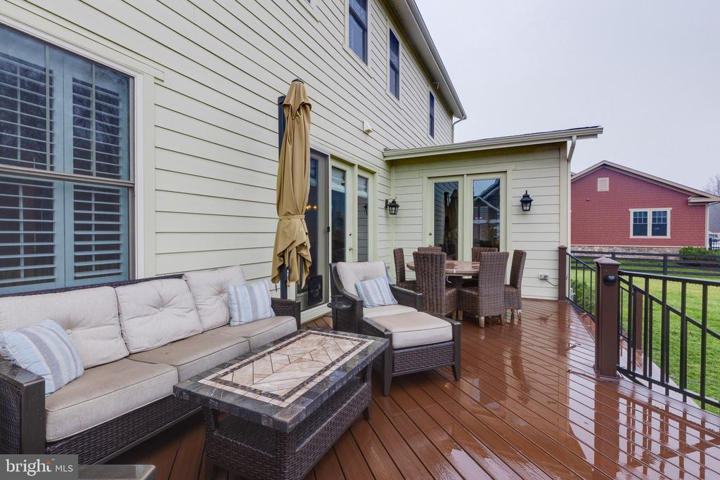 Trex deck for enjoying  peaceful views - 22982 HOMESTEAD LANDING CT, ASHBURN