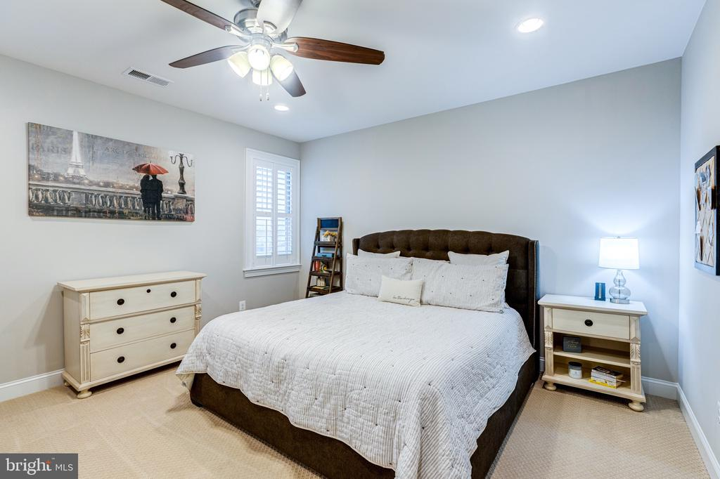 Bedroom 4 with walk in closet - 22982 HOMESTEAD LANDING CT, ASHBURN