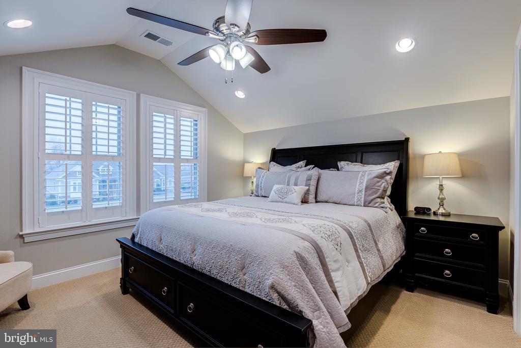 Bedroom 2 with en-suite bath and large closet - 22982 HOMESTEAD LANDING CT, ASHBURN