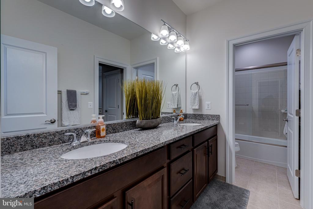 Adjoining bath for bedrooms 3 and 4 - 22982 HOMESTEAD LANDING CT, ASHBURN