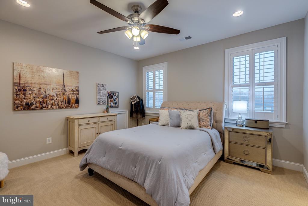Bedroom 3 with walk in closet - 22982 HOMESTEAD LANDING CT, ASHBURN