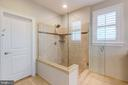 Frameless shower with sitting wall - 22982 HOMESTEAD LANDING CT, ASHBURN