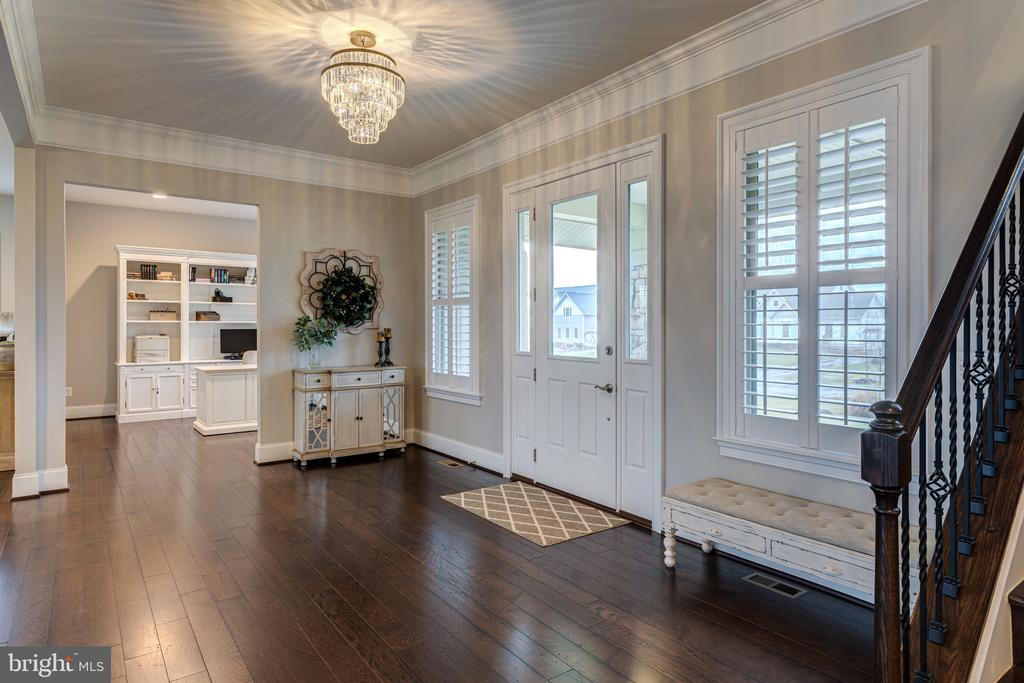 Open and bright entry - 22982 HOMESTEAD LANDING CT, ASHBURN