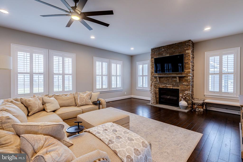 Open and bright entertaining area - 22982 HOMESTEAD LANDING CT, ASHBURN