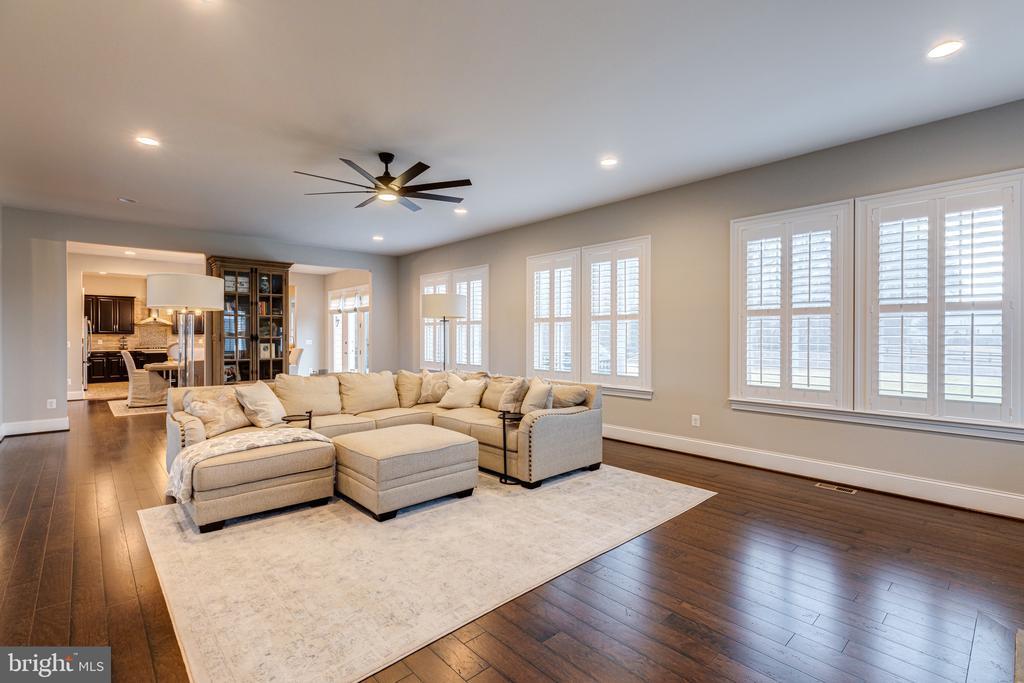 Generous great room with hardwood floors - 22982 HOMESTEAD LANDING CT, ASHBURN