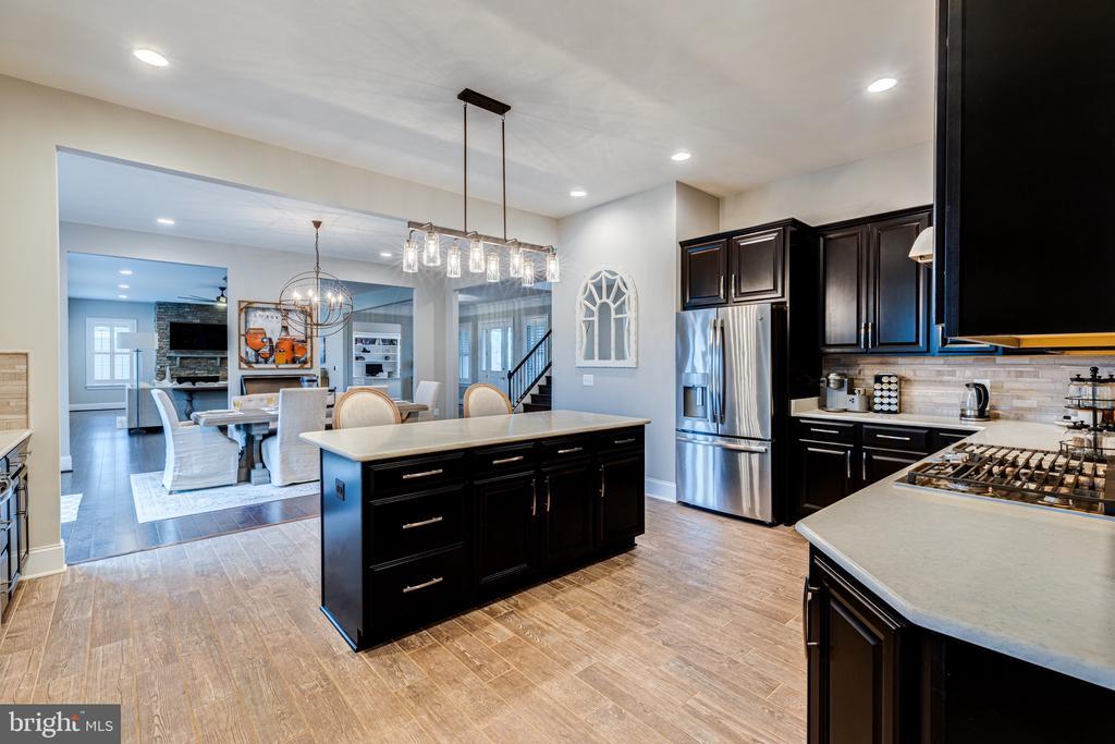 Open gourmet kitchen makes entertaining a breeze - 22982 HOMESTEAD LANDING CT, ASHBURN