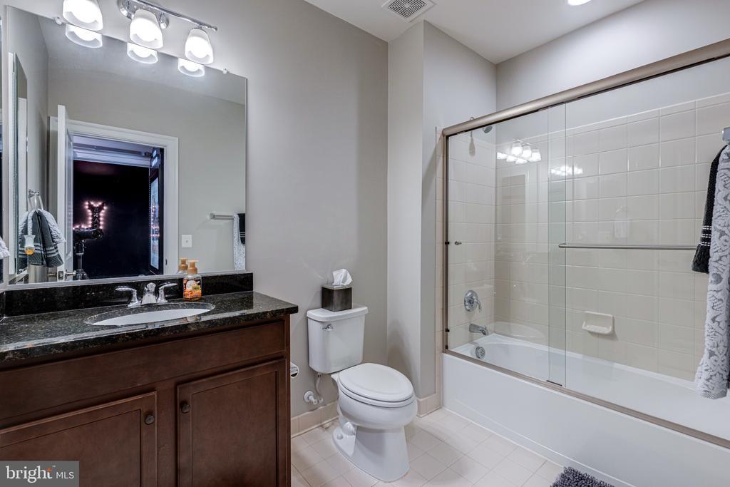 Full bath on club level - 22982 HOMESTEAD LANDING CT, ASHBURN