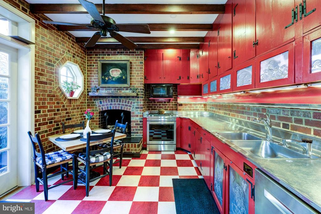 Kitchen with gas fireplace - 211 PRINCE ST, ALEXANDRIA