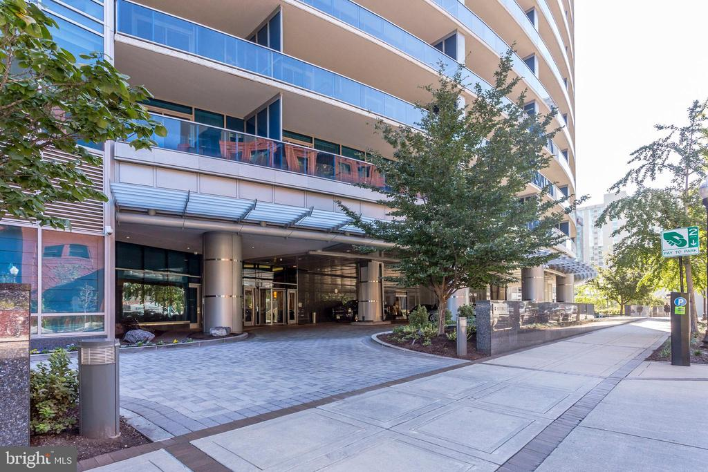 Building entrance w/24 hour complimentary valet - 1881 N NASH ST #2309, ARLINGTON