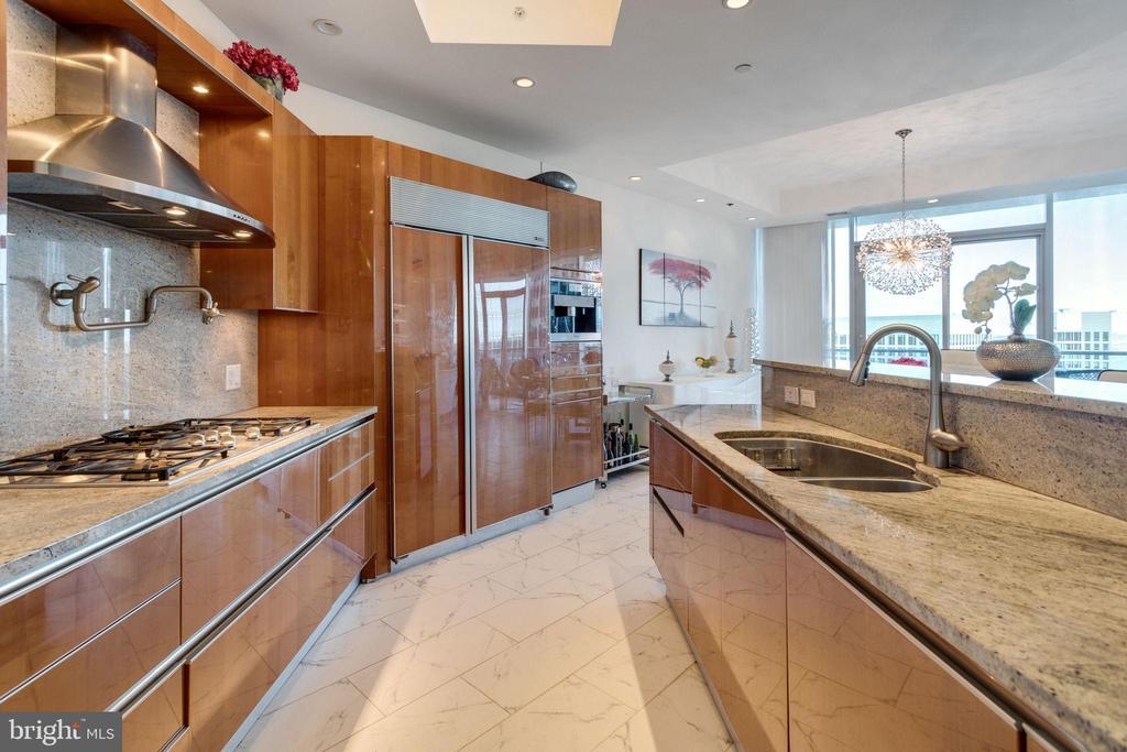 Gourmet kitchen with Snaidero Italian cabinetry - 1881 N NASH ST #2309, ARLINGTON