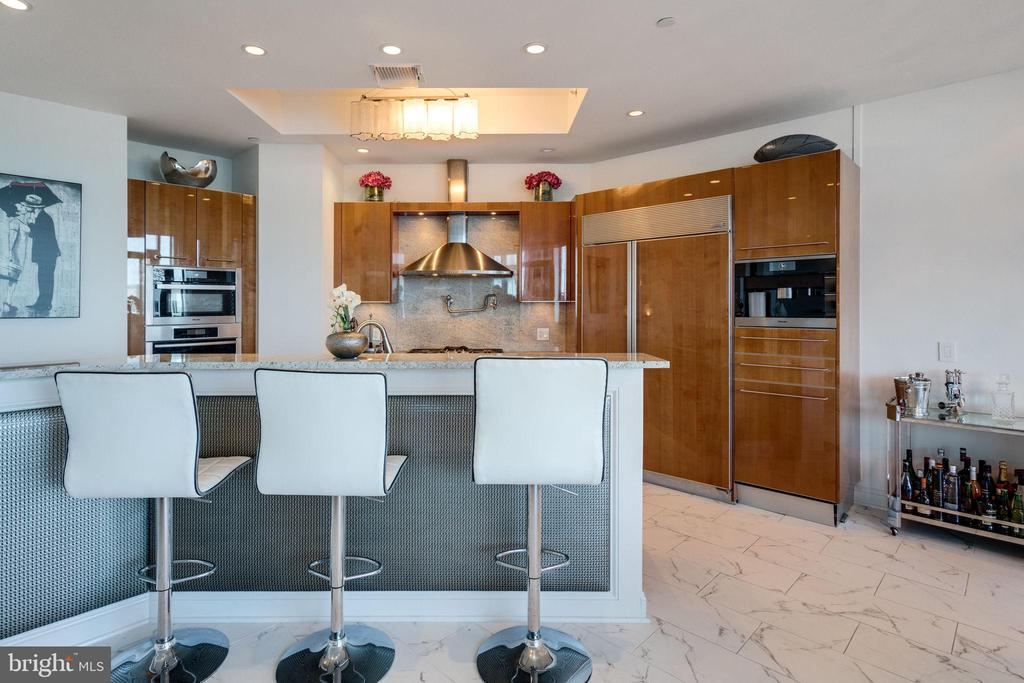 Kitchen island is perfect for entertaining - 1881 N NASH ST #2309, ARLINGTON