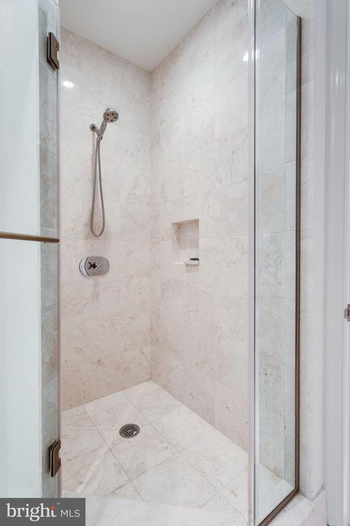 Den shower - 1881 N NASH ST #2309, ARLINGTON