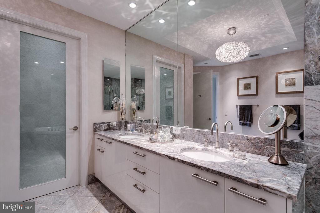 Etched glass door provides toilet closet privacy - 1881 N NASH ST #2309, ARLINGTON