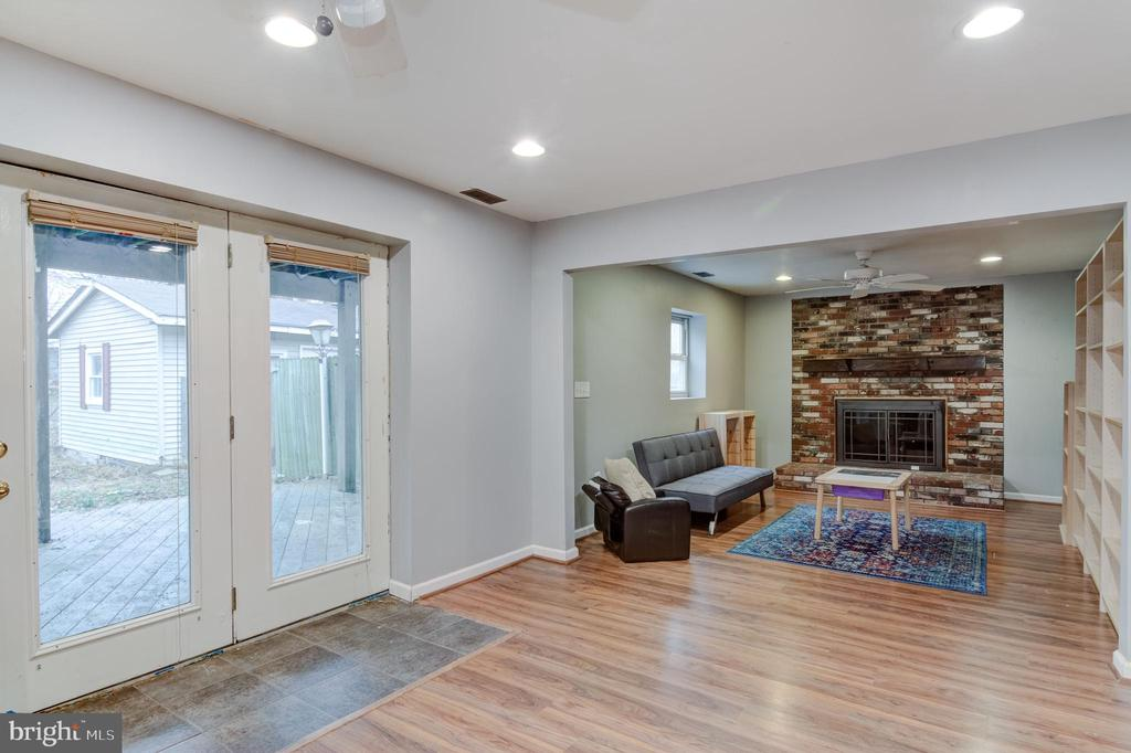 Basement walk out and fire place - 5 BREEZY HILL DR, STAFFORD