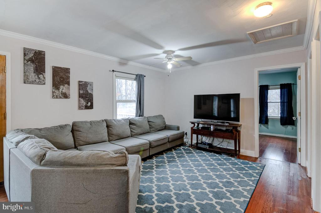 Spacious Living room area, great natural light - 5 BREEZY HILL DR, STAFFORD
