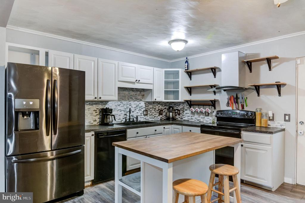 Beautiful kitchen with island and new appliances - 5 BREEZY HILL DR, STAFFORD