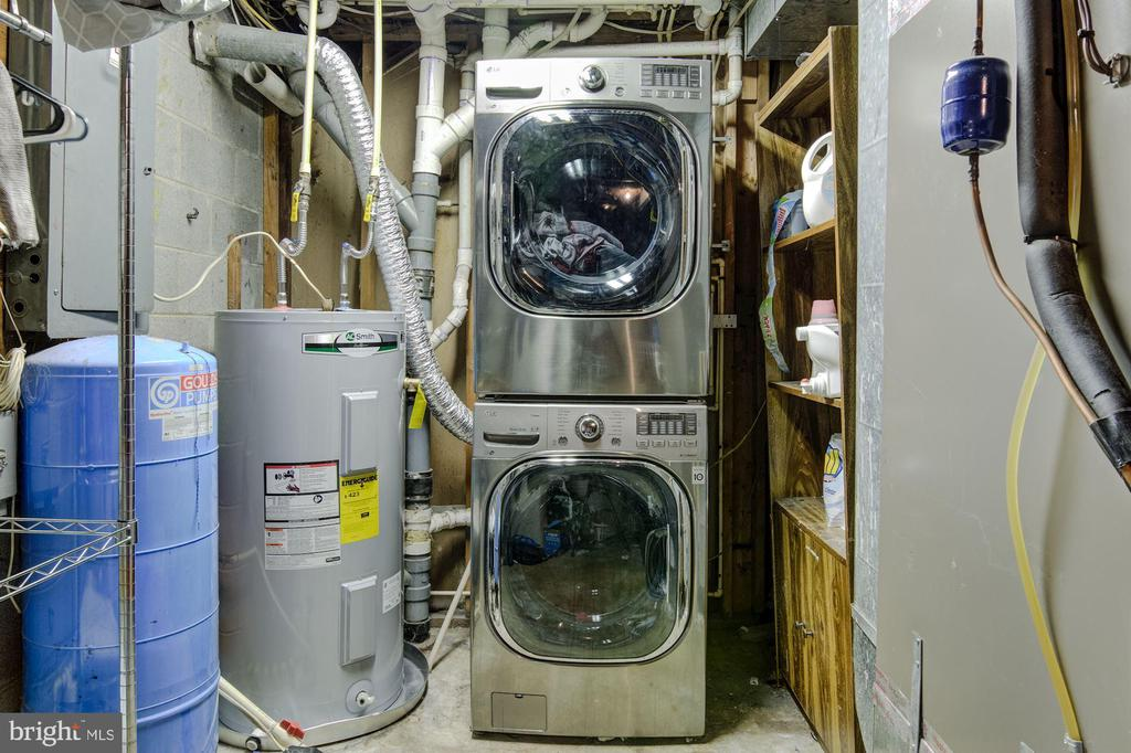 Laundry in massive utility space in basement - 5 BREEZY HILL DR, STAFFORD
