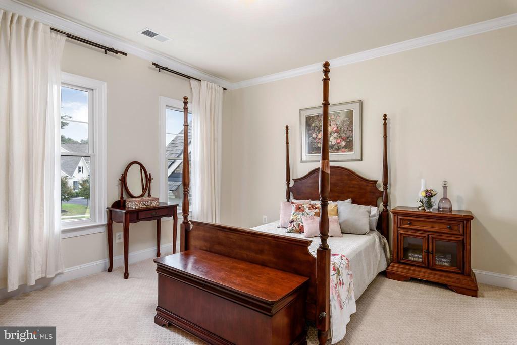 Spacious auxiliary bedroom - 10323 LYNCH LN, OAKTON