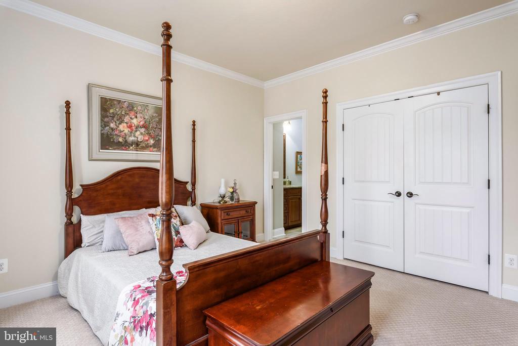 Bedroom w/private bath - 10323 LYNCH LN, OAKTON