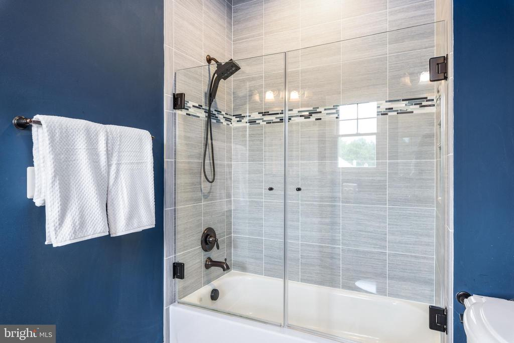 Seamless glass-enclosed tub - 10323 LYNCH LN, OAKTON